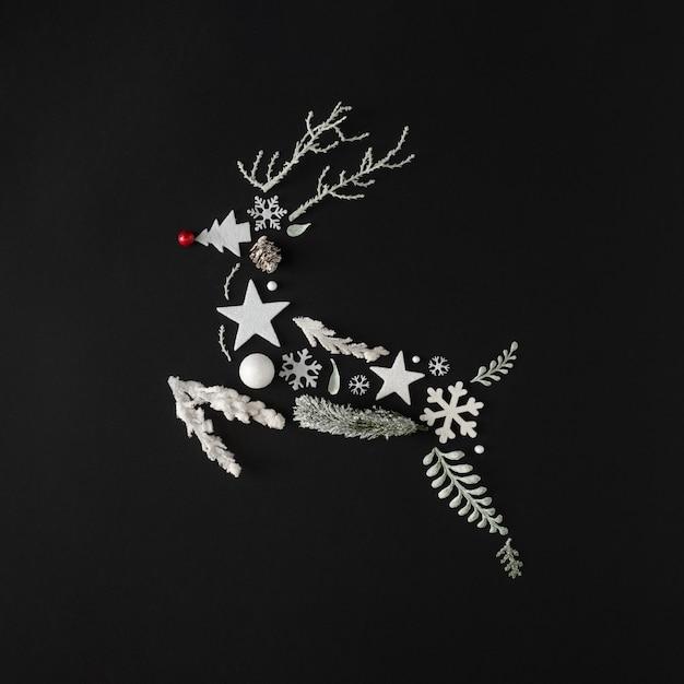 Folhas, ramos, flocos de neve e estrelas naturais de inverno em forma de rena de natal. conceito de férias. postura plana.