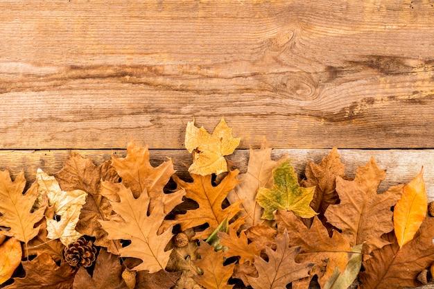 Folhas secas de outono em fundo de madeira