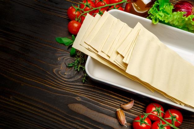 Folhas secas e ingredientes para massas de lasanha não cozida