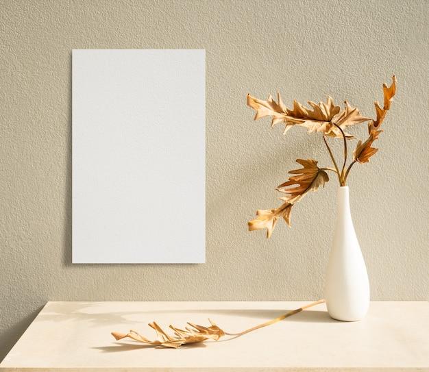 Folhas secas, planta botânica tropical de philodendron xanadu, em lindo vaso de cerâmica branca