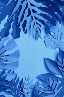 Folhas tropicais coloridas na cor azul clássica.