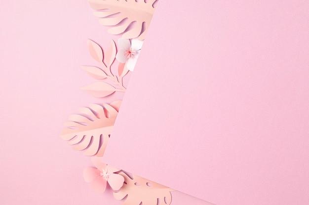 Folhas tropicais de papel e flores sobre fundo pastel