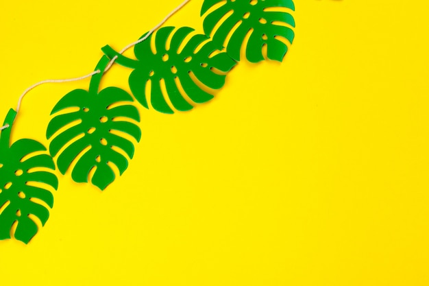 Folhas tropicais de verão em estilo de jornal