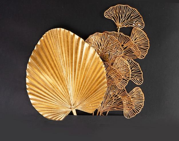 Folhas tropicais douradas em fundo preto, borda em estilo art déco