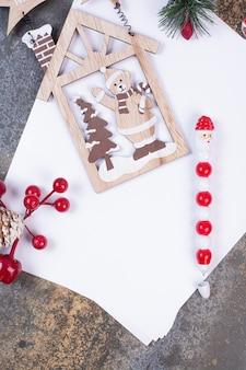Folhas vazias de papel com decoração de natal em espaço de mármore.