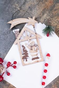 Folhas vazias de papel com decorações de natal em espaço de mármore.