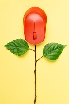 Folhas verdes do conceito criativo e mouse de computador.