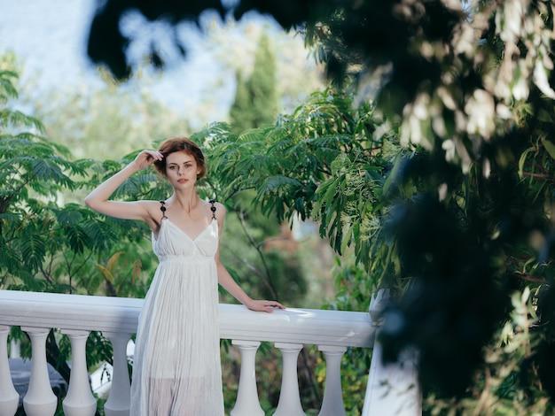 Folhas verdes do parque da mitologia de uma linda mulher