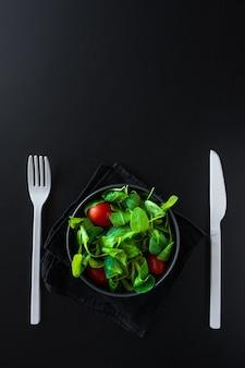Folhas verdes e salada de tomate
