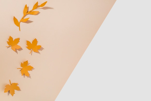 Folhetos de papel laranja na mesa