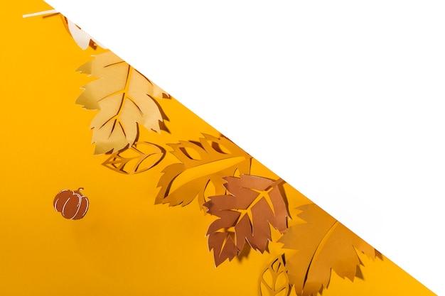 Folhetos de papel na mesa amarela
