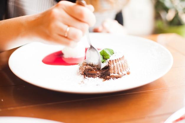 Fondant de chocolate com molho de frutas vermelhas e sorvete de baunilha