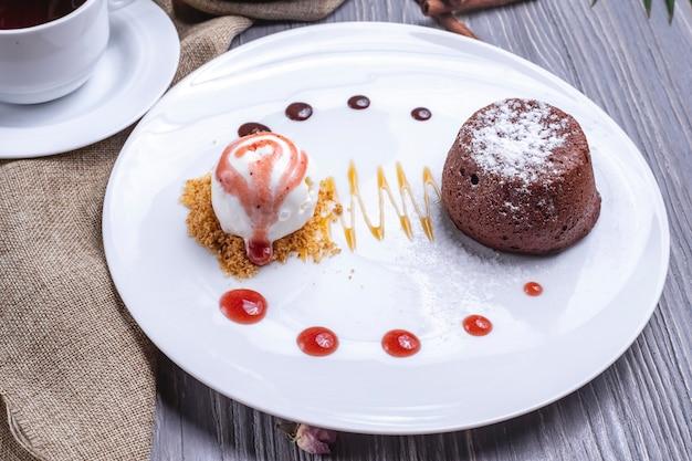 Fondant de sobremesa de chocolate vista frontal com sorvete