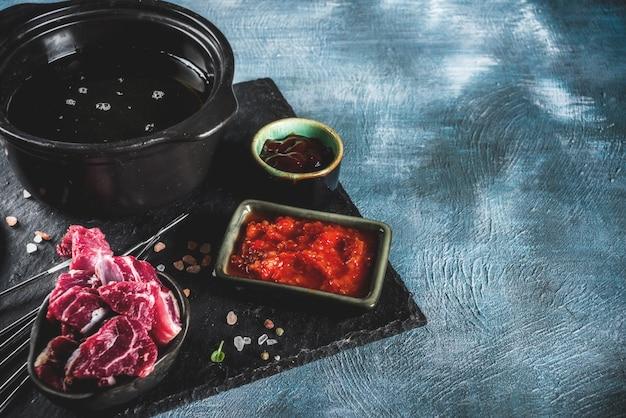Fondue de carne de bovino, com molhos diferentes, vista superior, cópia espaço
