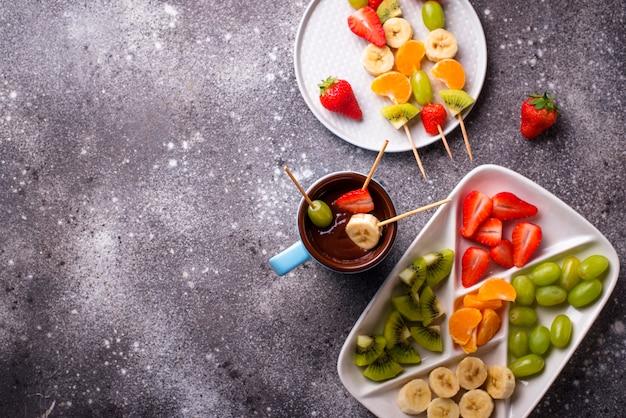 Fondue de chocolate doce com frutas