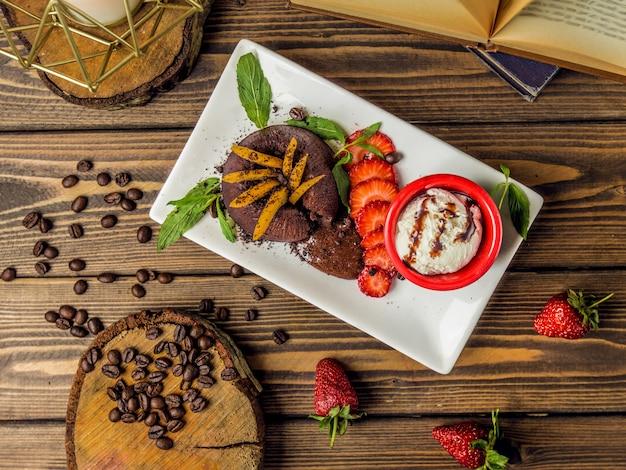 Fondue de chocolate servido com sorvete de baunilha e caramelo