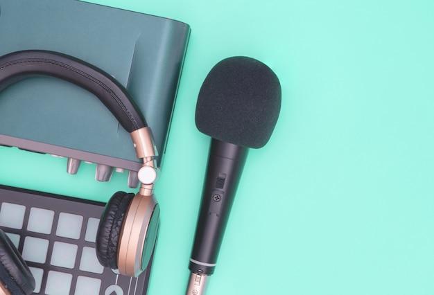 Fone de ouvido com outros equipamentos profissionais de estúdio de áudio.