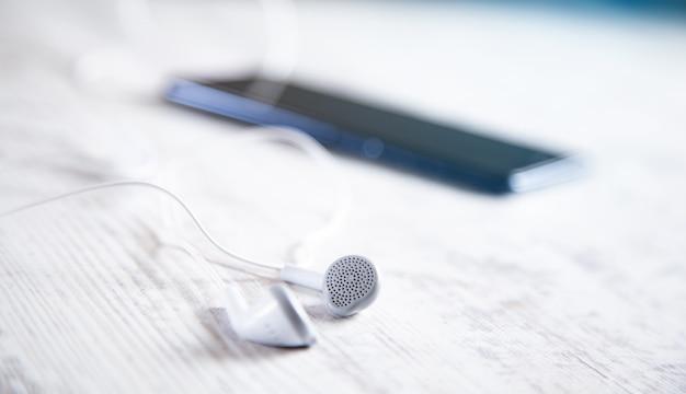 Fone de ouvido com smartphone na mesa