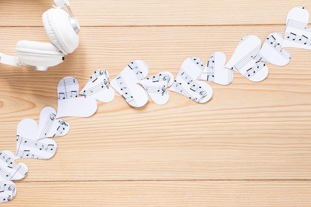 Fone de ouvido com vista superior com corações de papel