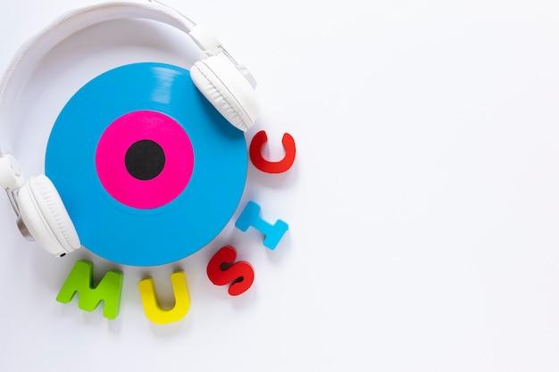 Fone de ouvido com vista superior com um disco de vinil