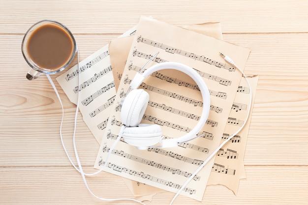 Fone de ouvido com vista superior e folhas de música