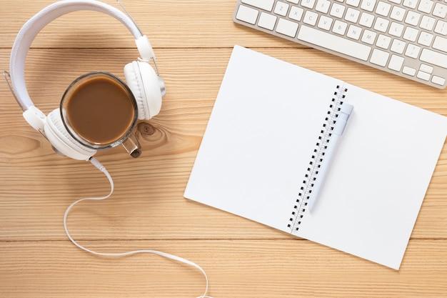 Fone de ouvido com vista superior e notebook