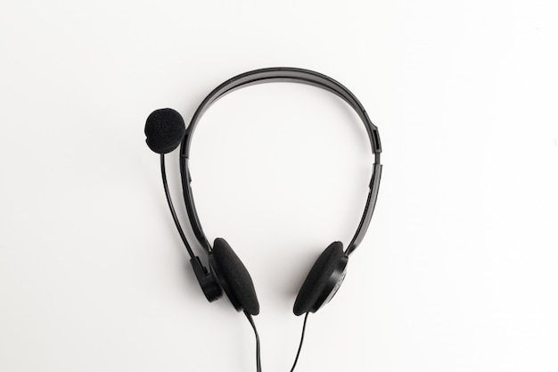 Fone de ouvido de áudio em cima da mesa