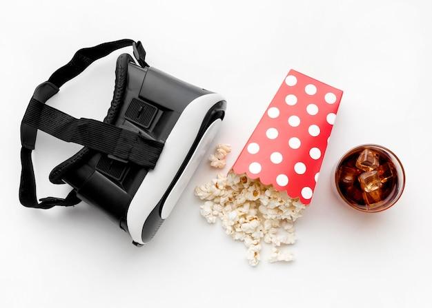 Fone de ouvido de realidade virtual e pipoca