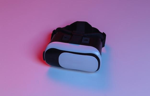 Fone de ouvido de realidade virtual em luz de néon gradiente azul vermelha.
