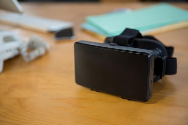 Fone de ouvido de realidade virtual na mesa