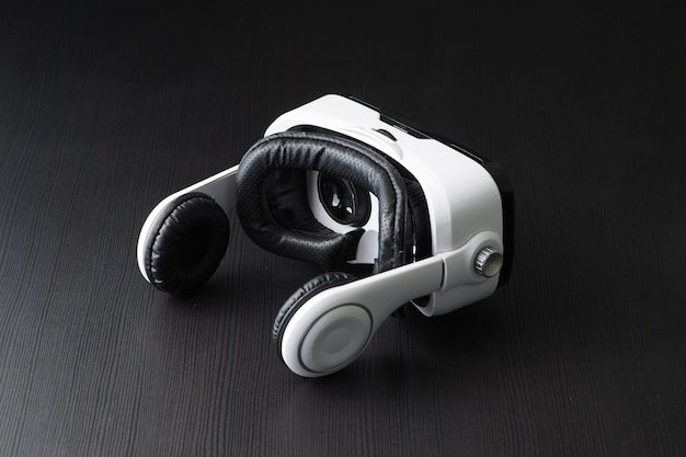 Fone de ouvido de realidade virtual na tabela. foto de estúdio.