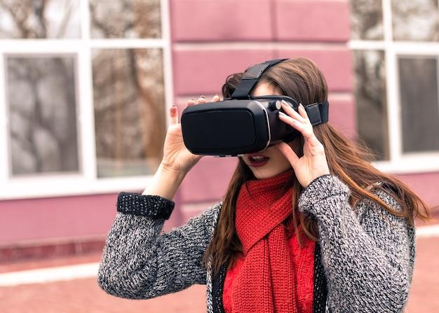 Fone de ouvido de realidade virtual óculos de realidade virtual óculos de realidade virtual linda jovem com fone de ouvido de realidade virtual