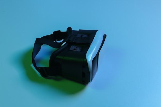 Fone de ouvido de realidade virtual, smartphone e joystick em luz de néon gradiente azul verde. vista do topo