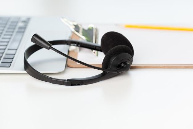Fone de ouvido e computador portátil, suporte de call center