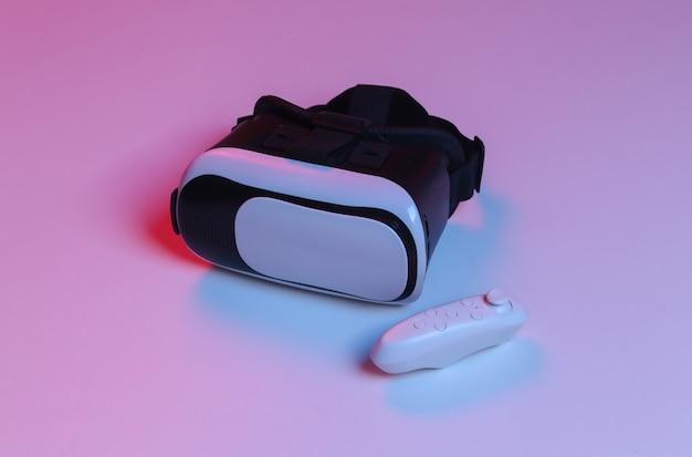 Fone de ouvido e joystick de realidade virtual em luz de néon gradiente azul vermelha.