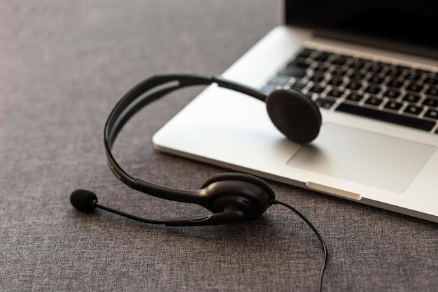 Fone de ouvido e laptop em casa durante a quarentena