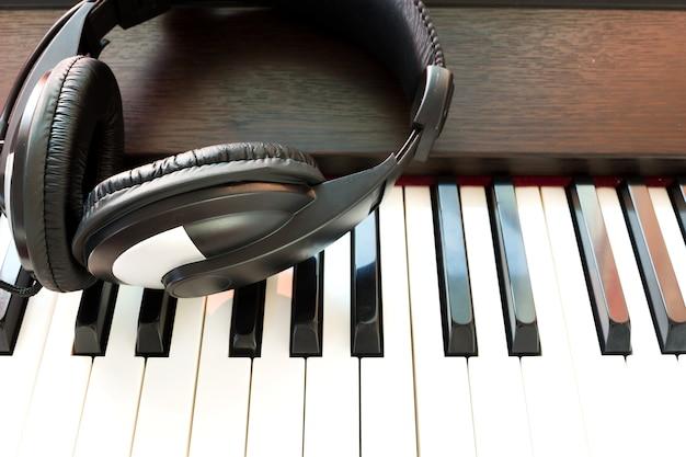 Fone de ouvido e piano.