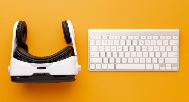 Fone de ouvido e teclado de realidade virtual de vista superior