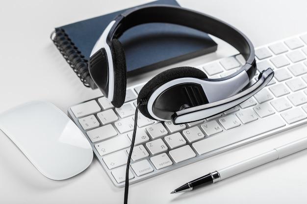 Fone de ouvido no laptop do computador teclado
