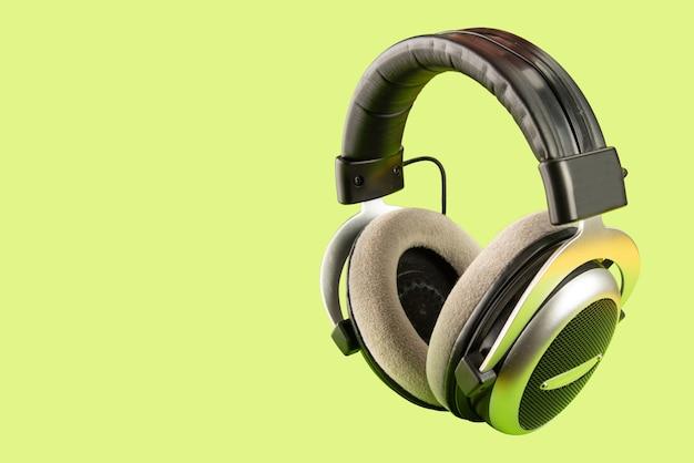 Fone de ouvido profissional com fundo verde
