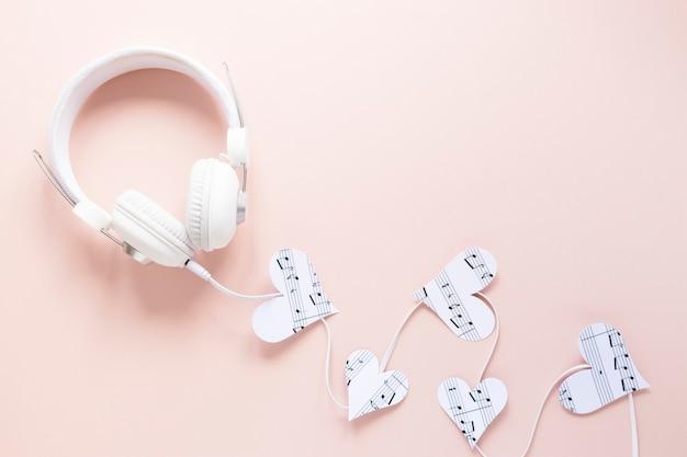 Fone de ouvido vista superior em fundo rosa