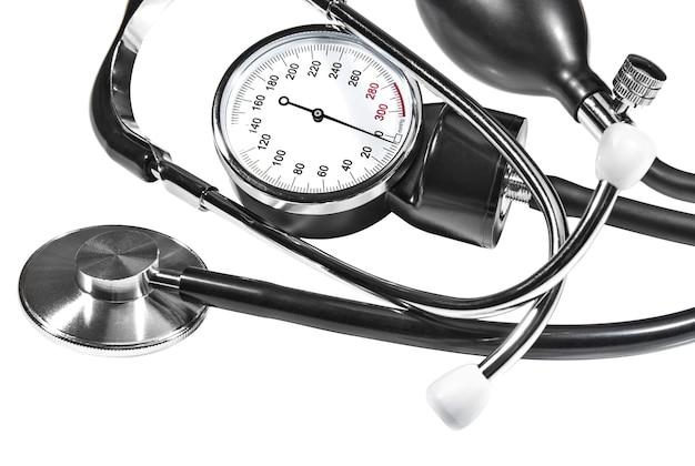 Fonendoscópio e tonômetro medidor de pressão arterial médica em fundo branco