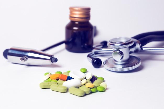 Fonendoscópio kit de equipamento médico, comprimidos, cápsulas, martelo neurológico