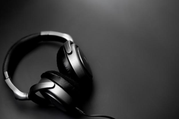 Fones de ouvido apoiados em um fundo preto