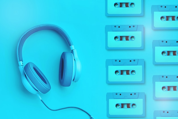 Fones de ouvido azuis com cassetes de áudio em um fundo colorido