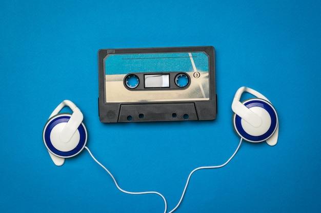 Fones de ouvido azuis e um gravador azul sobre um fundo azul.