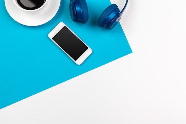 Fones de ouvido azuis em azul e branco