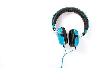 Fones de ouvido azuis isolados no fundo branco