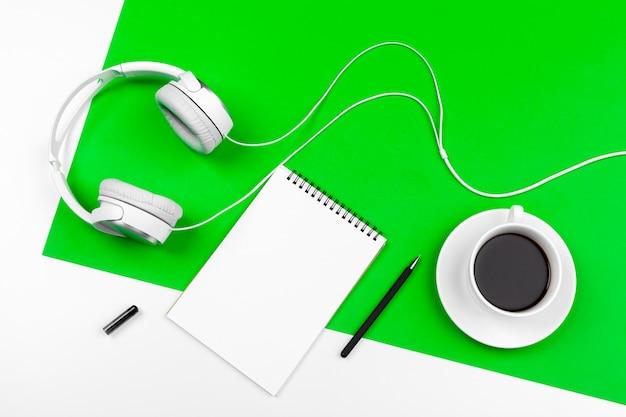 Fones de ouvido brancos com fio verde brilhante