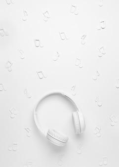 Fones de ouvido brancos com notas musicais